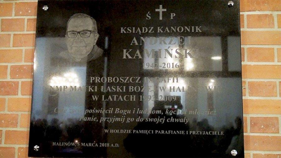 Odsłonięcie tablicy poświęconej ks. Andrzejowi Kamińskiemu